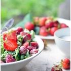 Maasikasalat lehtsalatiga