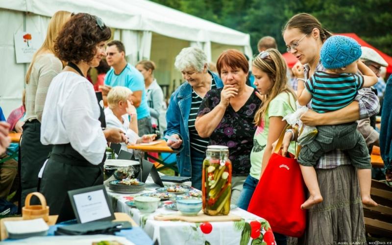 D-kokaraamatu kohvik Hapukurgifestivalil Pärnumaal